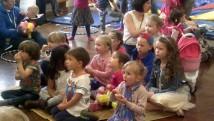 Plant yn syllu'n syn ar helyntion Mr Pwnsh. Children watching intently.