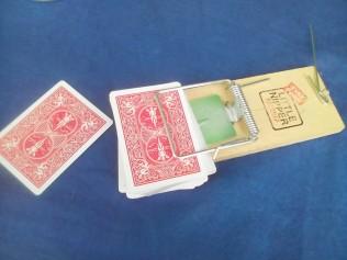 Y tric cardiau mwyaf peryglus yn y byd. The World;s most dangerous card trick.